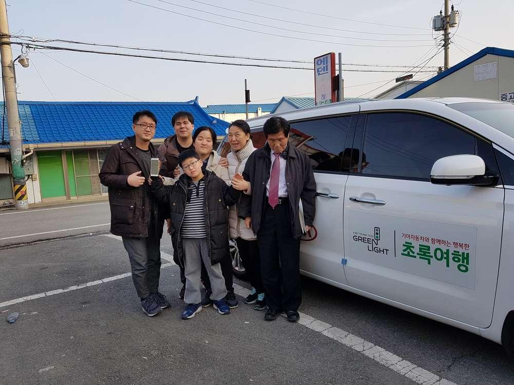 아우내장터에서 초록여행차량을 배경으로 단체사진