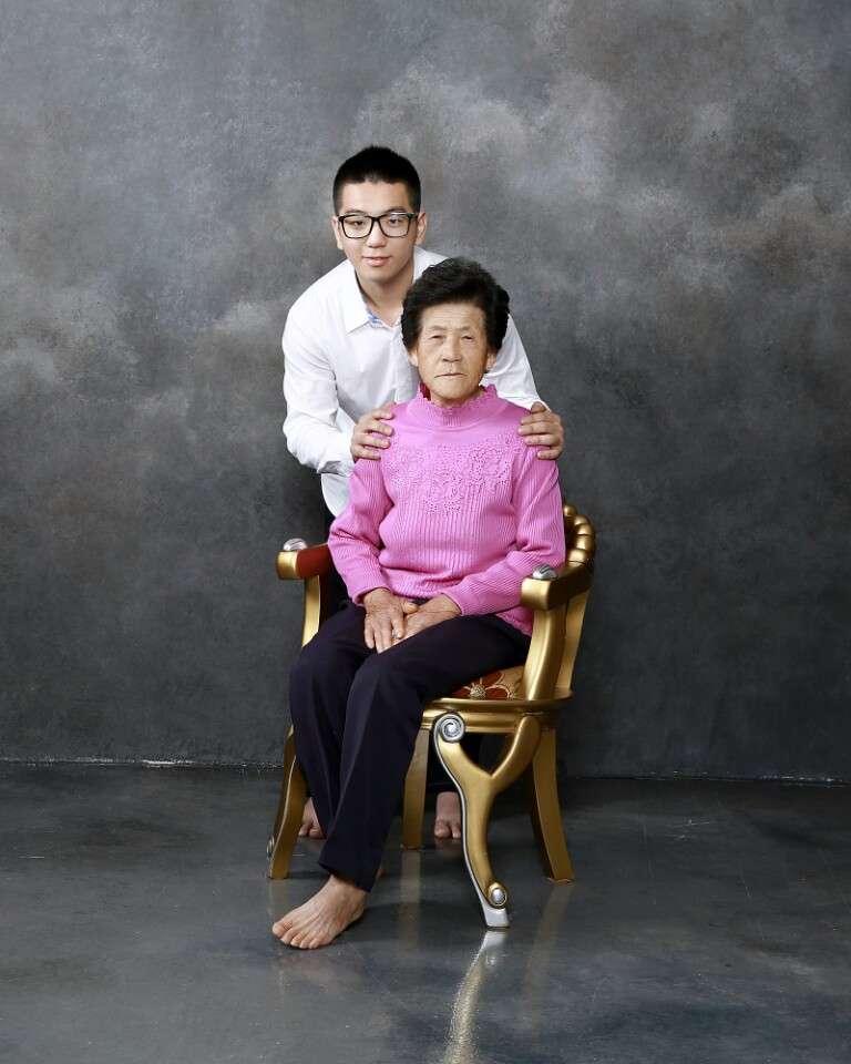 삼촌이 사진관을 하셔서 할머니와 처음으로 함께 찍은 사진!